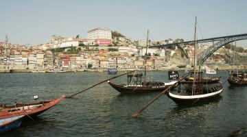 Vaade Porto linnale üle Douro jõe. Esiplaanil portveini transportimiseks kasutatavad rabelo-paadid, taamal Dom Luís sild Oporto ja Vila Nova de Gaia vahel.