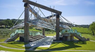 """""""Ma poleks saanud olla õnnelikum selles osas, kuidas paviljon uude asukohta asetub,"""" sõnab Frank Gehry oma projekteeritud muusikapaviljoni uut elu kommenteerides. Algselt püstitati paviljon Londonisse, kus igal aastal tellitakse ühelt maailma tipparhitektilt Hyde Parki Serpentine'i tiigi kaldale arhitektuurimanifestina käsiteldav ajutine paviljon. Foto Château de La Coste."""